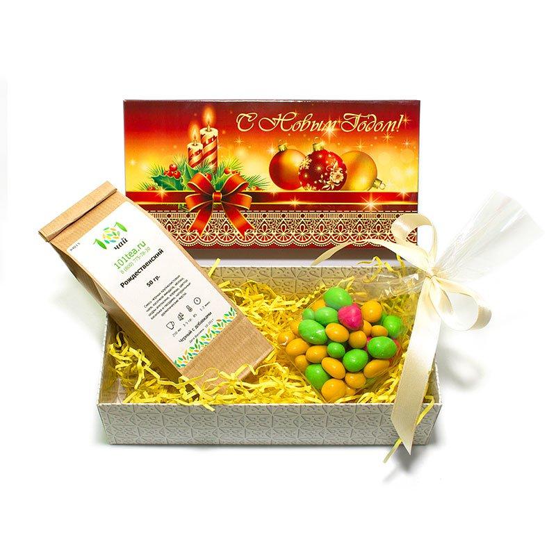 Новогодний подарочный набор №6Новогодние подарки 2018<br>Состав набора:<br><br>Чай черный ароматизированный Рождественский, 50 г <br>Драже Арахис в шоколаде и цветной сахарной глазури, 100 г<br>